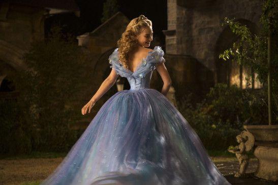 """""""Cinderella"""" dreht sich um das Schicksal der jungen Ella (Lily James), deren Vater nach dem tragischen Tod der Mutter erneut heiratet."""