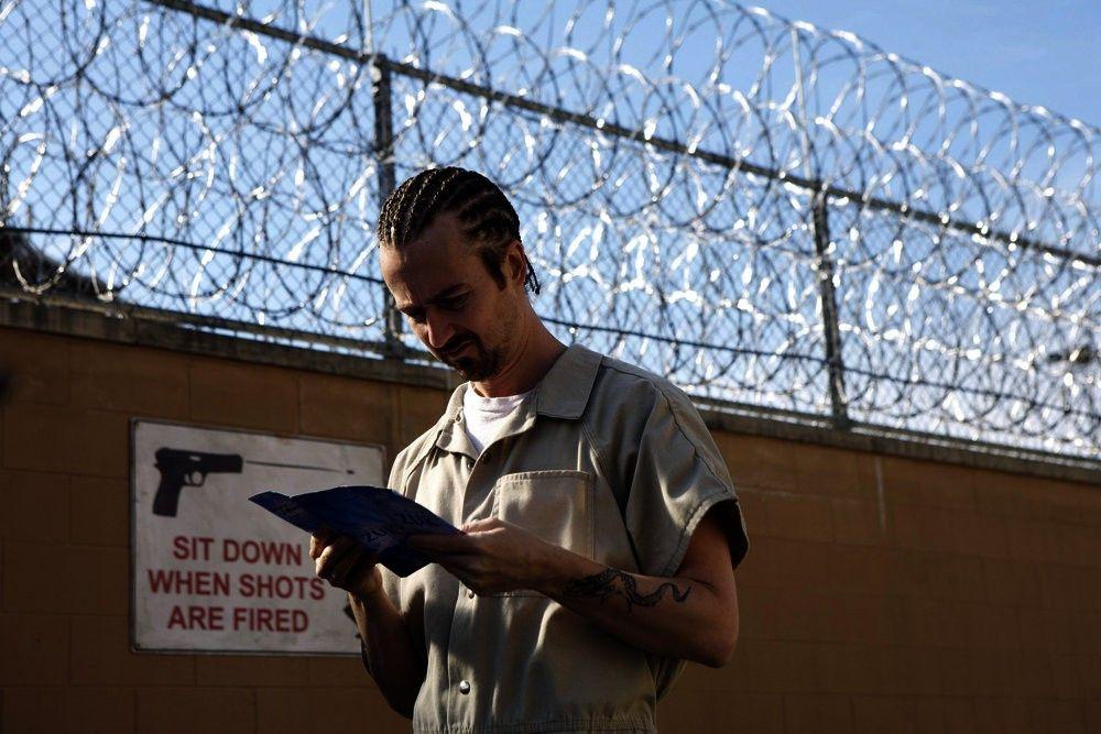 """""""Stone"""" Creeson (Edward Norton) findet im Gefängnis zur Spiritualität."""