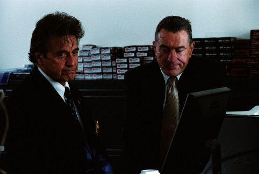 Rooster (Al Pacino, l.) und Turk (Robert De Niro, l.) können es nicht fassen: Der Täter scheint tatsächlich aus dem Umfeld der New Yorker Polizei zu kommen.