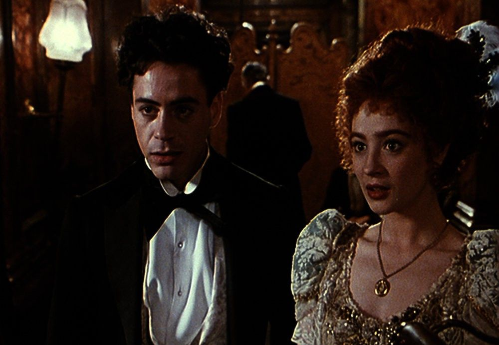Mabel Normand (Marisa Tomei) ist nur eine von vielen in Chaplins Leben. Der Mann mit Melone und sein Tramp-Aufzug kann einfach nicht die Finger von hübschen Frauen lassen. Deswegen wird die Kritik um Chaplin (Robert Downey Jr.) immer lauter.