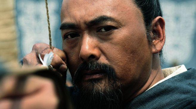 Obwohl Konfuzius (Yun-Fat Chow) durch seine Strategie sogar einen Staatsstreich verhindern kann, wird er durch eine List des Herrschers von Qi vom Hofe gejagt.