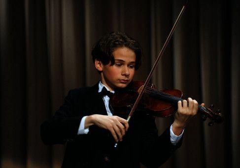 Sein Violinenspiel ist virtuos: Abrascha Kaplans (Elin Kolev) Ruf als Wunderkind eilt sogar bis nach Amerika