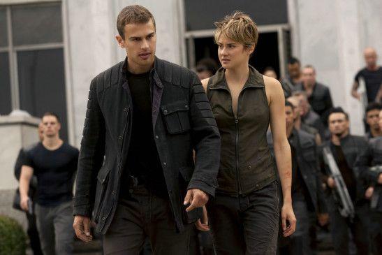 Tris (Shailene Woodley) und Four (Theo James) sind auf der Flucht.