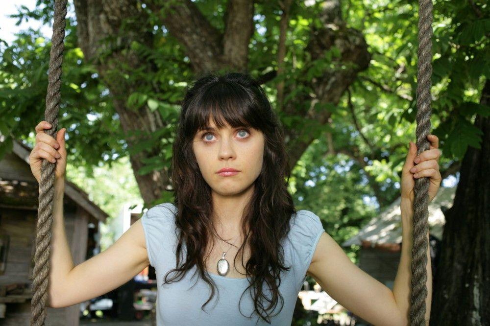 DG (Zooey Deschanel, 2.v.l.) fühlt sich nicht wohl in ihren Zuhause in Kansas und wird von Visionen geplagt.
