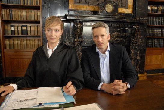 Patricia Engel (Katja Weitzenböck) verteidigt Dr. Klose (Roland Kieber)