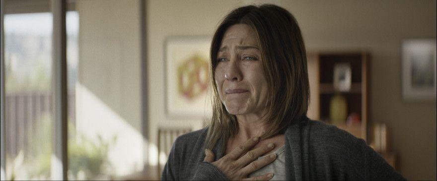 Claire Bennett (Jennifer Aniston) leidet. Ganz offensichtlich erträgt sie ständig physische Schmerzen – das wird deutlich durch ihren von Narben übersäten Körper und durch ihre Haltung – sie stöhnt bei jedem zögernden Schritt.
