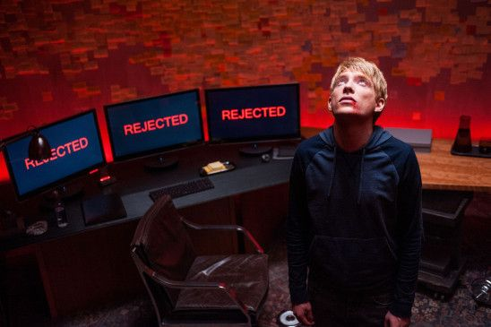 Der 24-jährige Web-Programmierer Caleb (Domhnall Gleeson) gewinnt einen firmeninternen Wettbewerb.