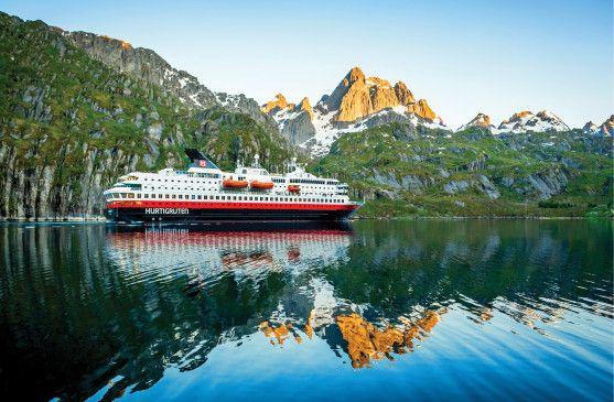 Evergreen der Kreuzfahrt: Norwegens Fjorde mit den Schiffen der Hurtigruten entdecken.