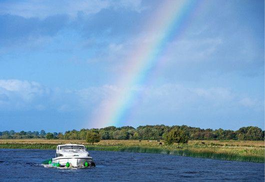 Kein Tag ohne Regenbogen: frisch voraus im Kabinenkreuzer!