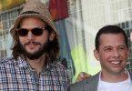 """Feierabend für Ashton Kutcher und Jon Cryer: Nach zwölf Jahren endete die Comedyserie """"Two and a Half Men""""."""
