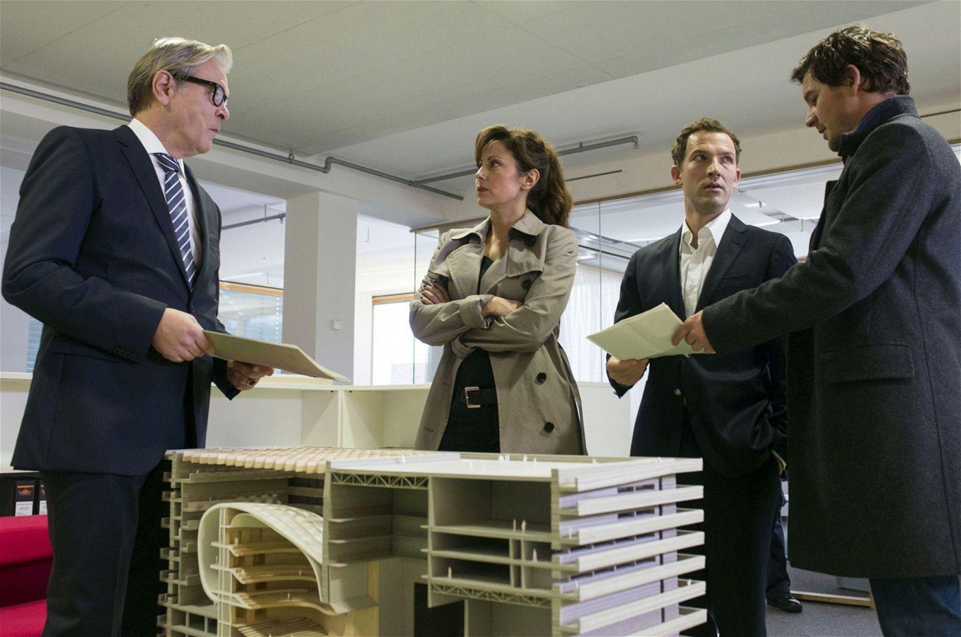 Staatsanwältin Álvarez und Bootz sind derweil mit Durchsuchungsbeschluss bei der Firma Henderson & Woolf.