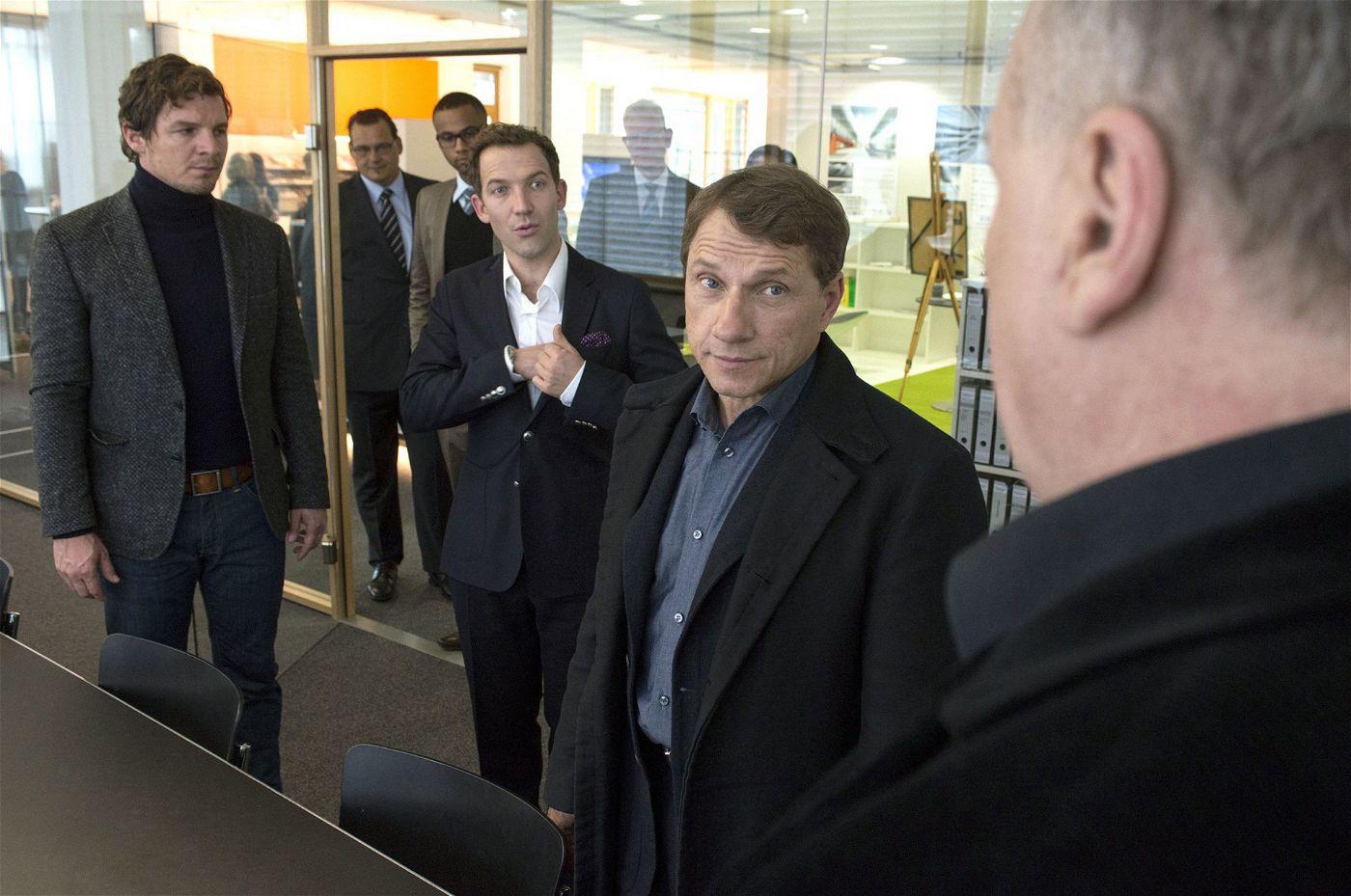 Dort arbeitet auch Busso von Mayer (Thomas Thieme, ganz rechts) als Freigänger. Eine Kombination, die Bootz und Lannert wundert.