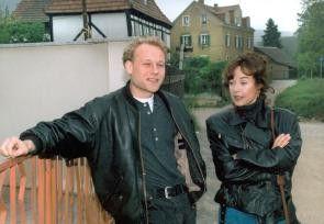 Assistent Kain (Bernd Michale Lade) mit Wiktorija (Verra Tschechowa)