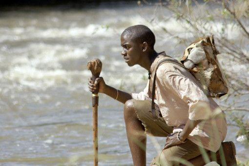 Der Fährtsensucher Gisani (Thabo Malema) folgt seinem vierbeinigen Freund durch die afrikanische Wildnis.