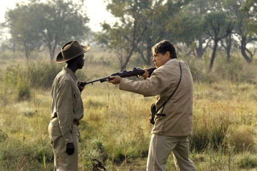 Gisani (Thabo Malema) stellt sich dem Großwildjäger Richards (Jamie Bartlett) in den Weg.