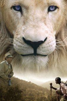Der Fährtsensucher Gisani (Thabo Malema, re.) soll dem Großwildjäger Richards (Jamie Bartlett) bei der Jagd nach dem weißen Löwen Letsatsi helfen.