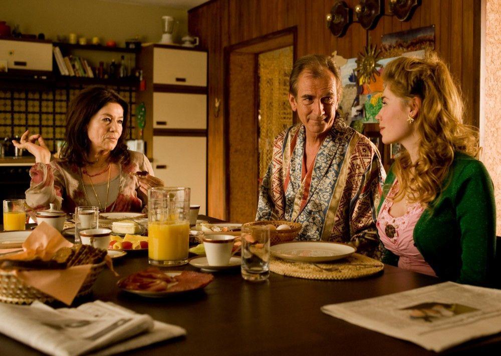 """Hannelore Elsner (l.), Peter Prager und Palina Rojinski (r.) in """"Jesus liebt mich"""""""