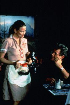 Kellnerin Helene /Lara Parker) ahnt nicht, mit wem sie es bei Jack Donnelly (Michael Parks) zu tun hat.