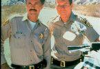 Stadtpolizist Donnelly (Michael Parks, r.) freundet sich mit Sheriff Brodie (Tom Skerritt) an, der nichts von dessen blutigem Treiben ahnt.