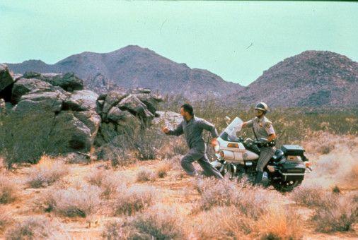 Der mordlustige Polizist Jack Donnelly (Michael Parks, r.) jagt den Zementarbeiter Germ (Jack Kehler) durch die kalifornische Wüste.