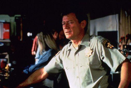 Selbstsicher will Officer Jack Donnelly (Michael Parks) die Polizei in China Lake bei den Ermittlungen unterstützen.