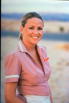 Hele Harrelson (Lara Parker) arbeitet als Kellnerin in einer Autobahnraststätte.