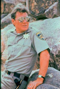 Auf dem Highway wartet Officer Jack Donnelly (Michael Parks) auf Opfer, um seiner Mordlust nachzugehen.