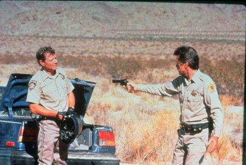 Auf dem Highway stellt Sheriff Brodie (Tom Skerritt, r.) dem wahnsinnigen Donnelly (Michael Parks) eine Falle.