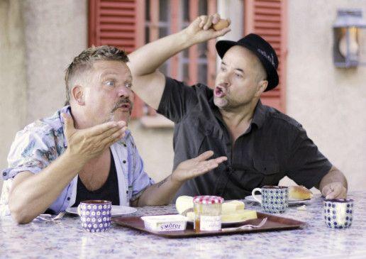 Die zwei Auftragskiller Ed (Justus von Dohnnyi) und Mace (Jan Josef Liefers) beim Frühstücken