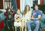 Chris (Dylan McDertmott), seine Ex-Frau Stephanie (Jenny Wright), Tochter Violet (Lindsay Christman) und sein Schwager Howdy (Crispin Glover,l.).