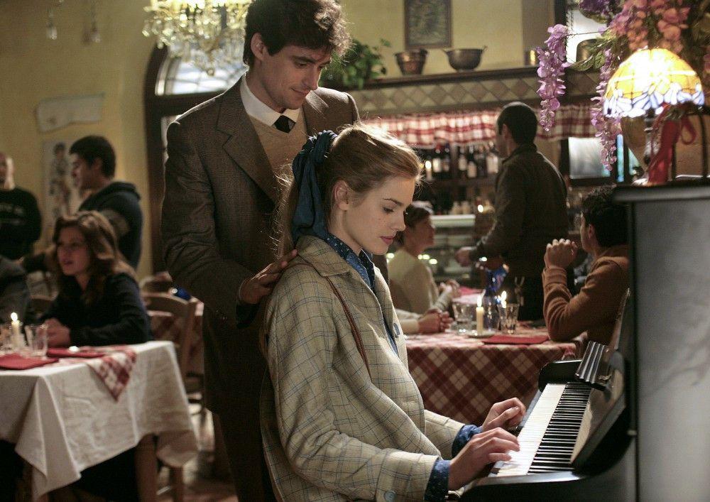 Zögernd folgt Aurora (Vanessa Hessler) Sebastians (Flavio Parenti) Aufforderung, in einem Lokal Klavier zu spielen.