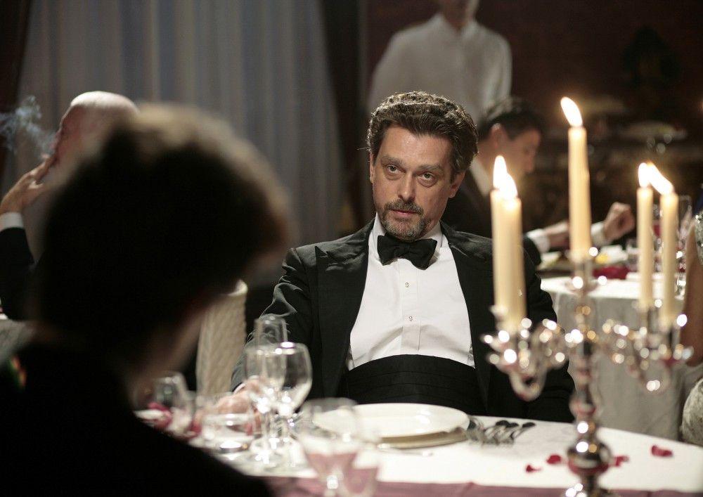 Der italienische Geschäftsmann Martone (Hary Prinz) ist gespannt auf Sebastians Angebot.