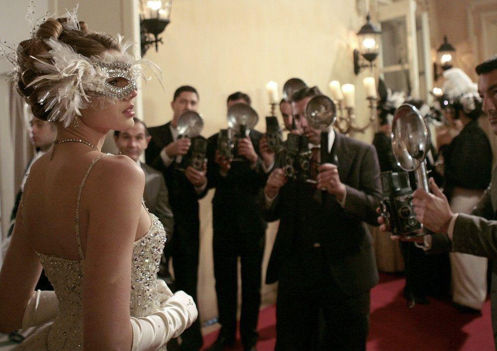 Als unbekannte Schöne wird Aurora (Vanessa Hessler) zum umschwärmten Star des Abends.