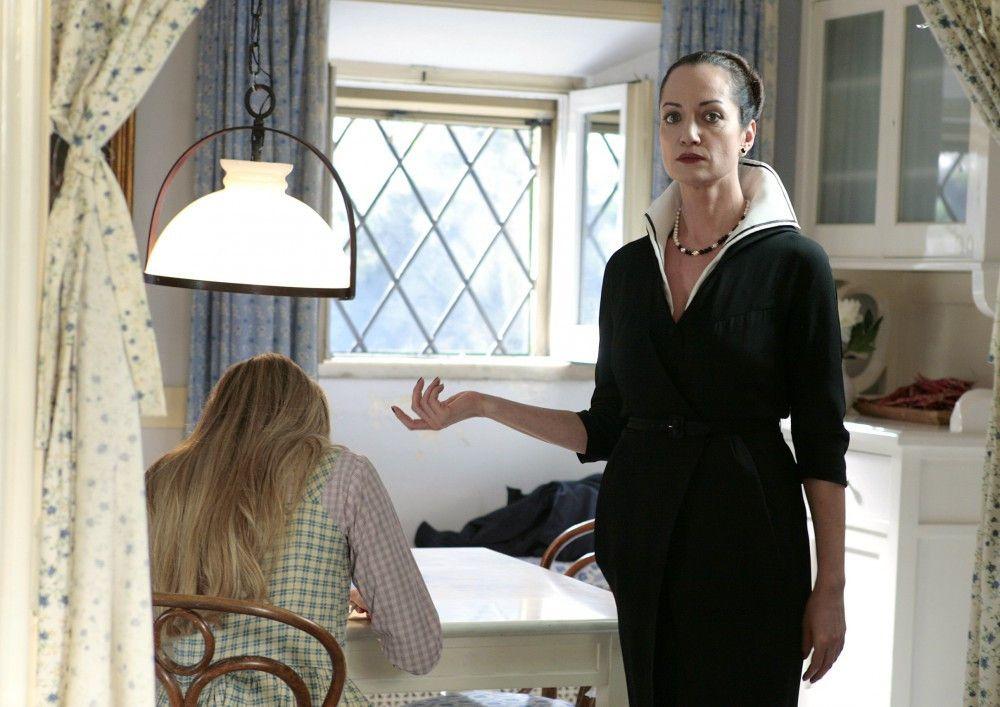 Die herzlose Irene (Natalia Wörner, re.) kommandiert Aurora (Vanessa Hessler, li.) herum.