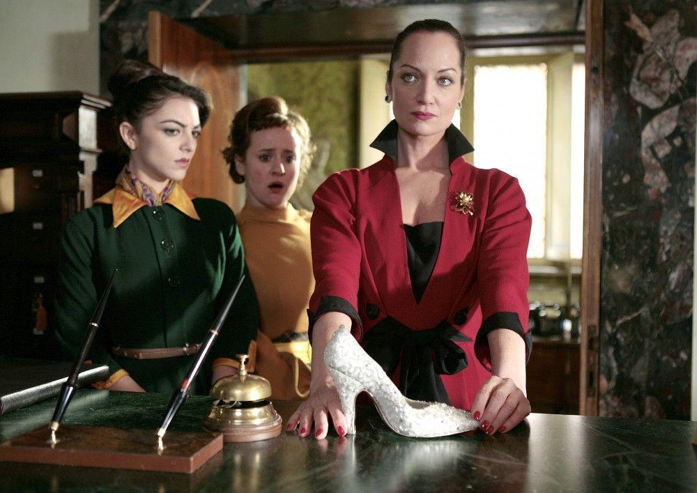 Mit ihren Töchtern Teresina (Giulia Andò, li.) und Lucia (Elisia di Eusanio) bringt Irene (Natalia Wörner, re.) Aurora in eine peinliche Situation.