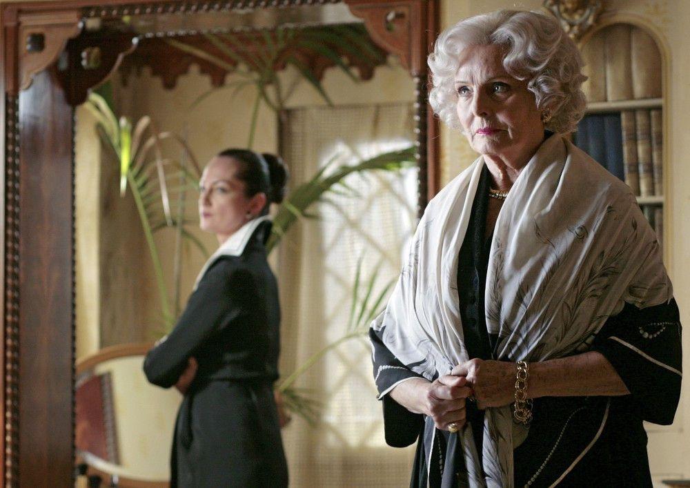Laura Cooper (Ruth Maria Kubitschek, re. ) und Irene (Natalia Wörnter) sind einander in inniger Feindschaft verbunden.