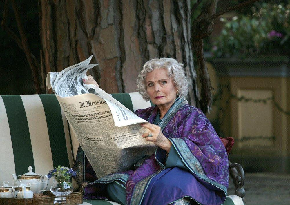 Laura Cooper (Ruth Maria Kubitschek) entdeckt in der Zeitung einen Enthüllungsartikel über sich.