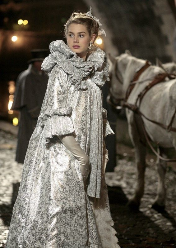 Aurora (Vanessa Hessler) taucht als unbekannte Schöne auf einem Maskenball auf.