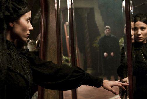 Carles (Eduardo Noriega) hat sich mit der schönen Joana (Bárbara Goenaga) verlobt, die an einer rätselhaften Wahrnehmungsstörung leidet.