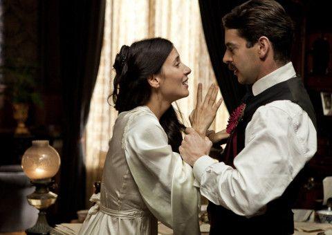 Joana (Bárbara Goenaga) hat sich von ihrem Verlobten Carles (Eduardo Noriega) entfremdet.