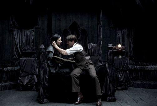 Der Hausdiener Vicent (Félix Gómez) soll Joana (Bárbara Goenaga) ihr Geheimnis entlocken, doch er verliebt sich in sie.