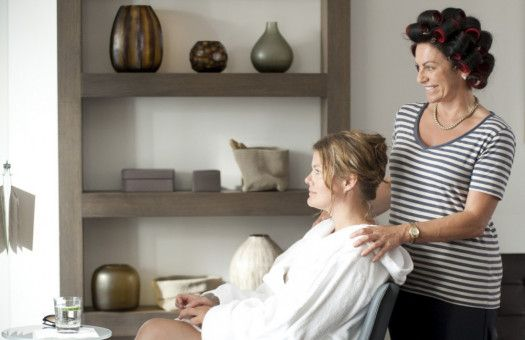 Doris (Christine Neubauer, rechts) spendiert ihrer Jugendfreundin Anke (Birge Schade, links) einen neuen Haarschnitt im Wellness-Hotel. Denn Doris meint, sie hat es dringend nötig.