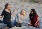 Die Freundinnen Doris (Christine Neubauer, rechts), Katja (Gesine Cukrowski, Mitte) und Anke (Birge Schade, links) verbringen Teil ihres Wellness-Wochenendes auch draußen am Ostseestrand.