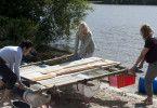 Doris (Christine Neubauer, links), Katja (Gesine Cukrowski, Mitte) und Anke (Birge Schade, rechts) bauen an der Ostsee ein Floß zusammen. Die Aktion ist Teil des Selbsterkenntnis-Seminars, zu dem Doris die Freundinnen überredet hat.
