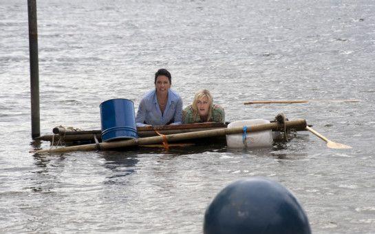 Doris (Christine Neubauer, links) und Katja (Gesine Cukrowski, rechts) gehen in und an der Ostsee baden.