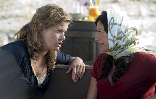 Doris (Christine Neubauer, rechts) und Anke (Birge Schade, links) führen ein ernstes Gespräch an der Strandpromenade.