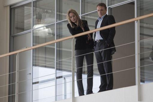 Staatsanwältin Francken (Sharon Stone) und ihr Mitarbeiter Clive Hanson (Francois Montagut) sind nicht die einzigen, die hinter Largo (nicht im Bild) her sind. Sie glauben, dass Largos Vater mit Hilfe eines geheimen Schweizer Kontos Verbrechen gegen die Menschlichkeit aus Profitgier finanzierte.
