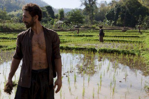 Largo (Tomer Sisley), Erbe eines Milliardenvermögens, hält sich in Burma auf, während sein Vater nach ihm suchen läßt.