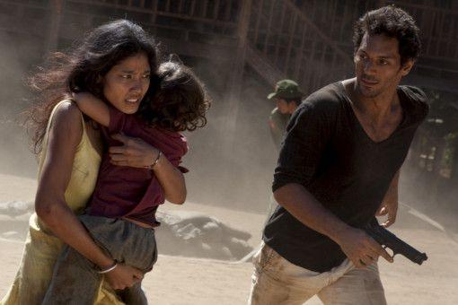 Largo (Tomer Sisley) muss mit seiner Geliebten Malunai (Mamée Nakprasitte) und seinem kleinen Sohn Noom  vor den Häschern eines machtgierigen Generals fliehen.