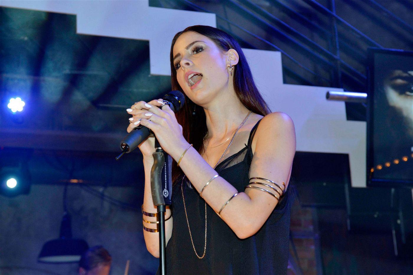 """Die Gewinnerin des Eurovision Song Contest 2010 performt ihre Songs """"Traffic Lights"""" und """"Beat To My Melody""""."""